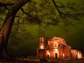 Catedral de São Miguel vista à noite