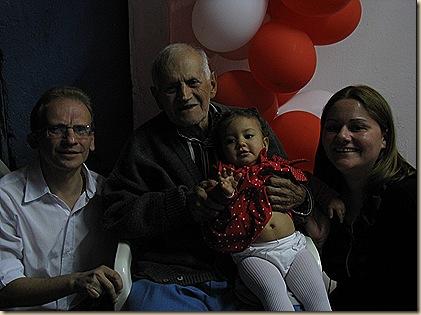 Isadora no colo de seu avô octagenário, meu pai, Almiro dos Passos, ladeados por mim e minha mulher Janaina