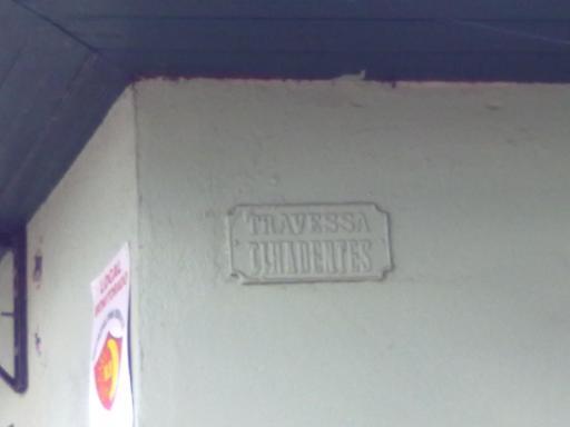 Na parede lateral da velha casa a placa da rua extinta