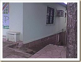 escadaria que corre junto à parede da casa